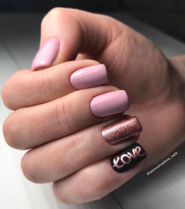 розово-золотой маникюр со словом любовь