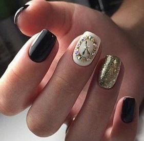 черно-белый маникюр часы с золотым