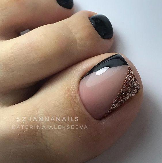 черный с золотым новогодний педикюр