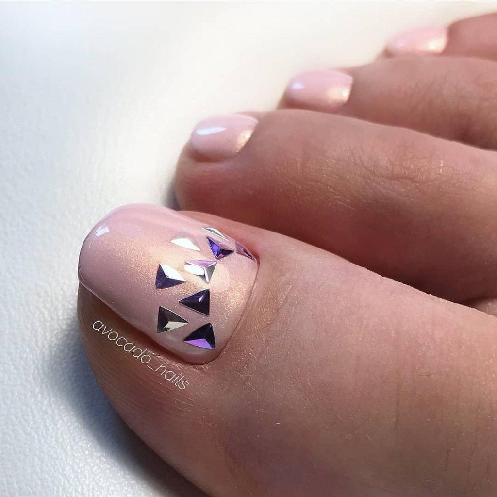 светло розовый педикюр с блестками-треугольниками