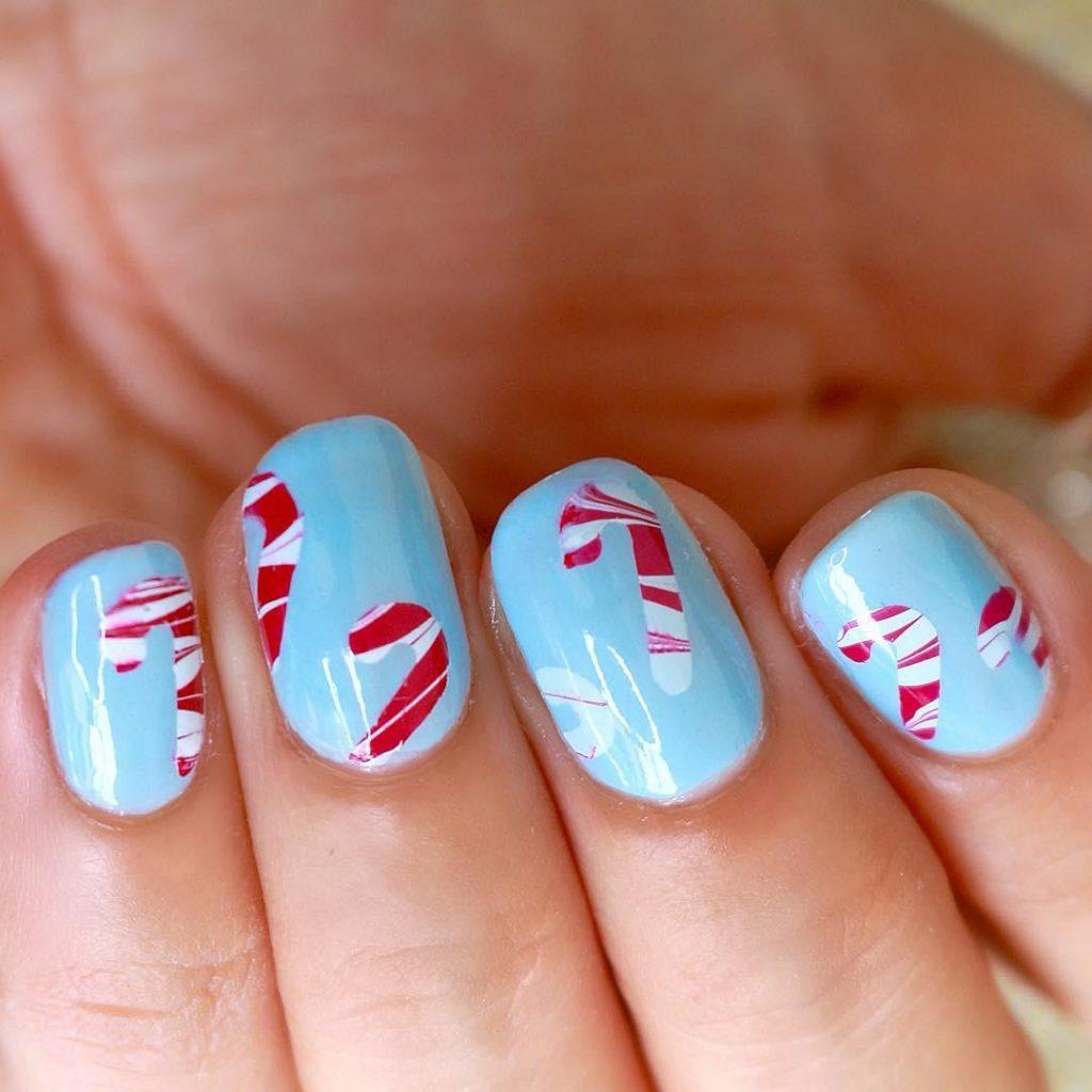 Маникюр леденец на коротких ногтях голубого оттенка