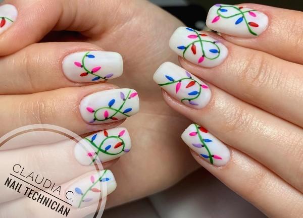 белый дизайн ногтей с лампочками гирлянды