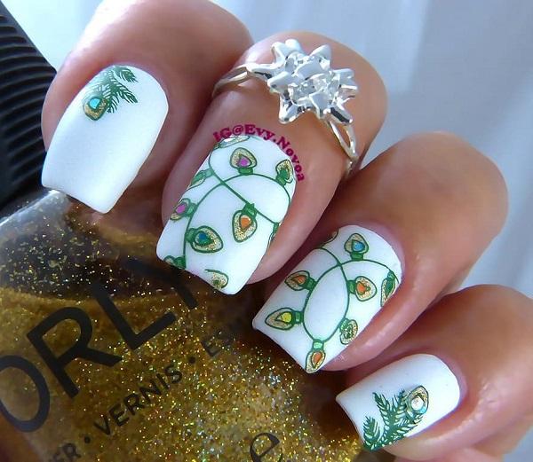 белый маникюр с зеленой гирляндой
