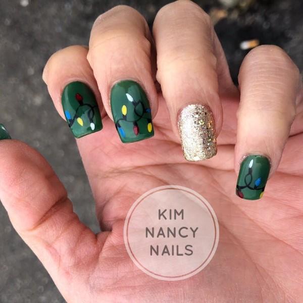 новогодние зеленые ногти с золотым и рисунком гирлянды