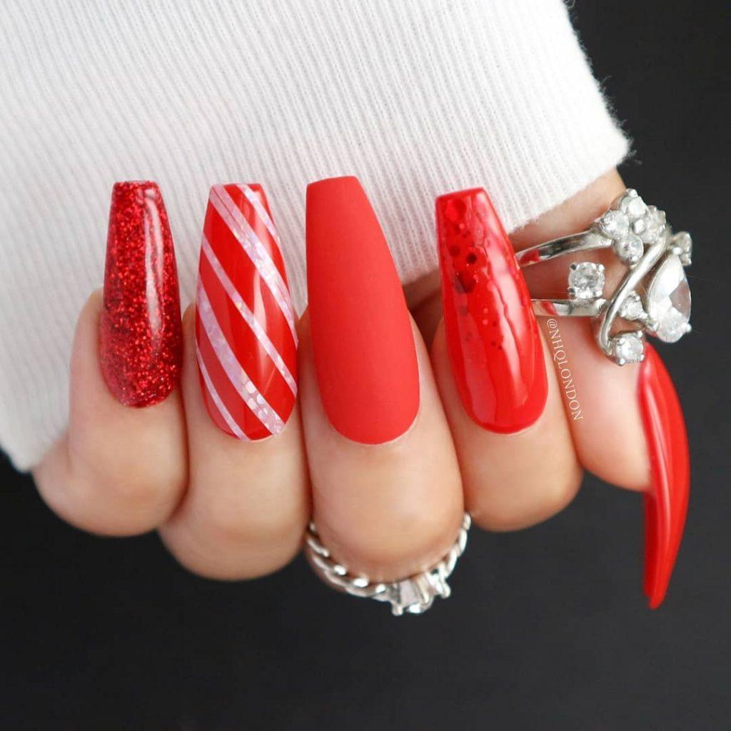 Ногти в форме балерина с дизайном красно-белый леденец на одном ногте
