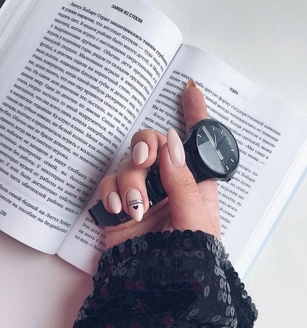 телесные ногти с черным сердцем