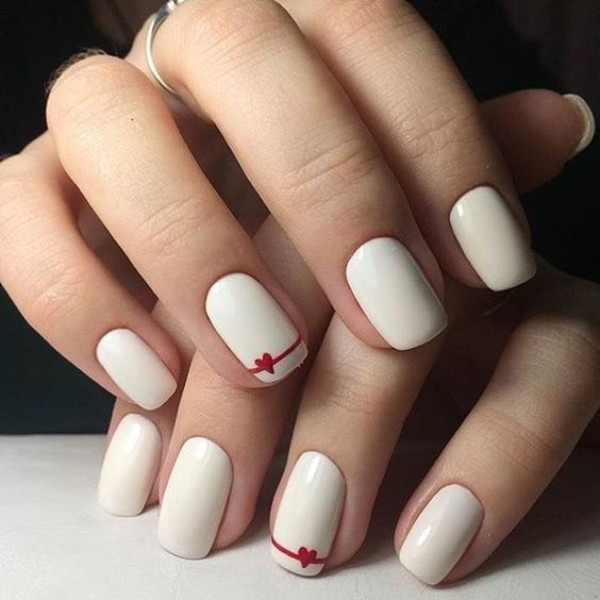 белые ногти с красными сердечками