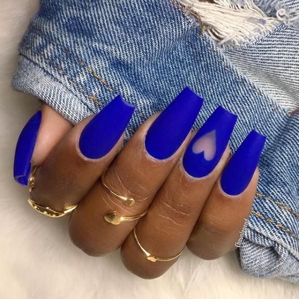 прозрачное сердце на ярко-синих ногтях