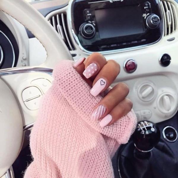 красивый светло-розовый маникюр с сердечком, полосками и горошком