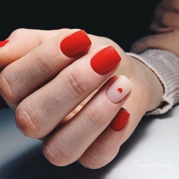 красный матовый дизайн ногтей с сердечком на нюдовом ногте