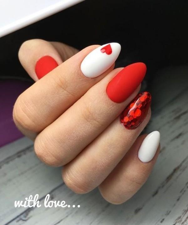 блестящий красный маникюр с сердцем на день валентина