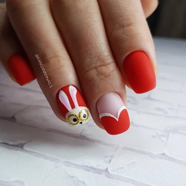 красный матовый нейл-арт с дизайном зайчик и сердце