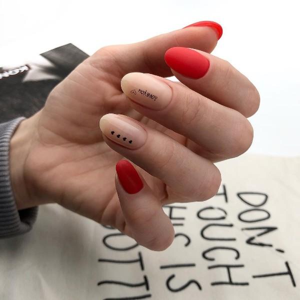 красно-нюдовый маникюр с надписью лав ю и сердцами