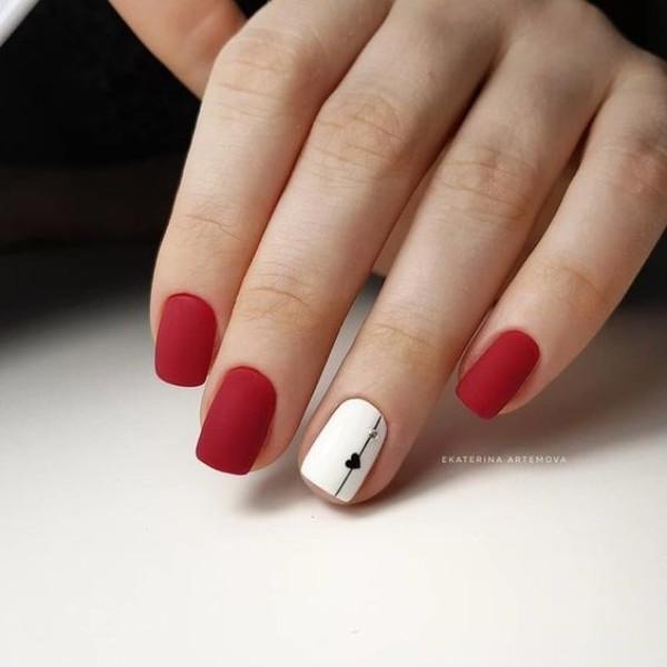 матовый красно-белый дизайн ногтей с сердцем