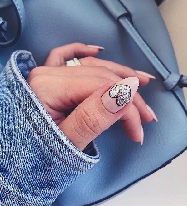 нюдовый маникюр сердце из блесток на ногте большого пальца