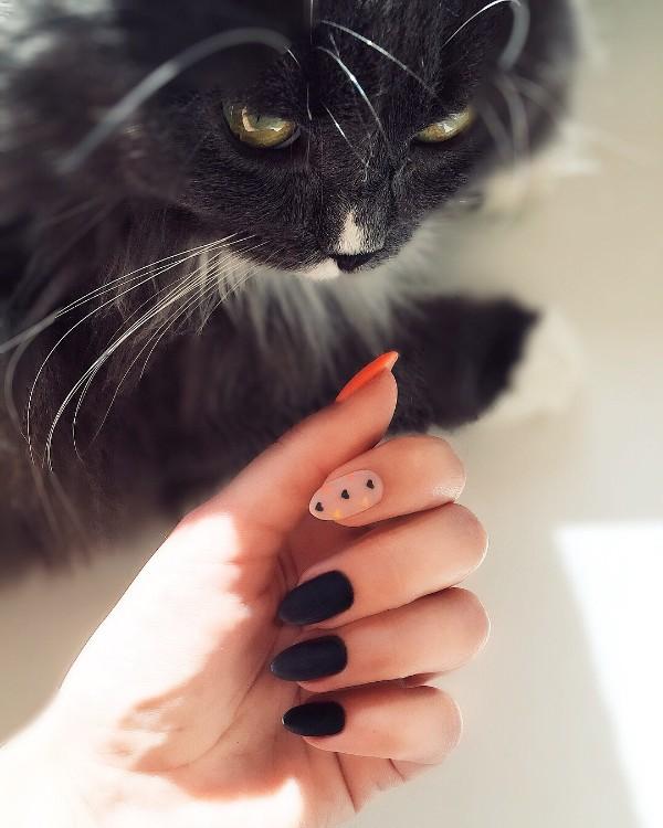 черно-оранжевый маникюр с акцентным телесным ногтем и маленькими сердцами