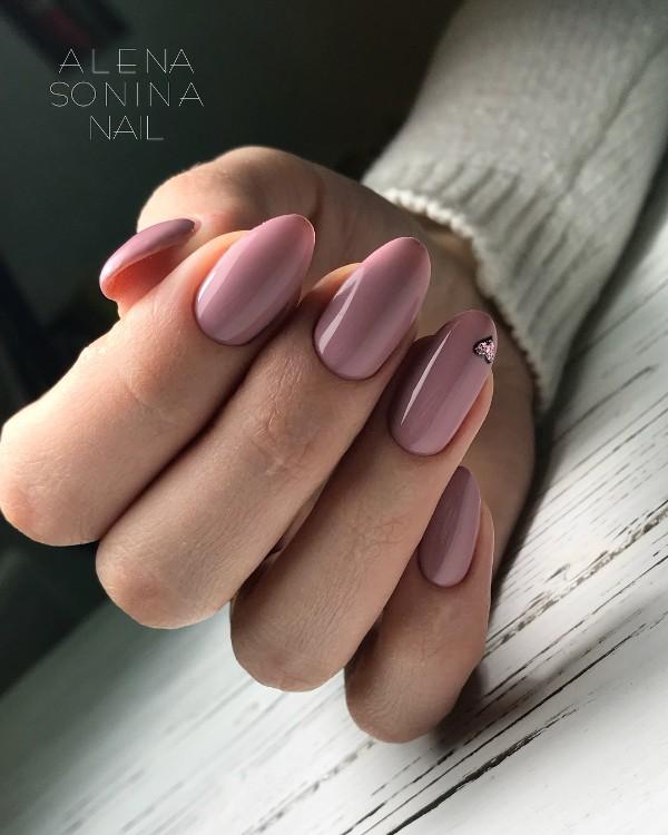 пыльно-розовые ногти с блестящим сердечком розовое золото