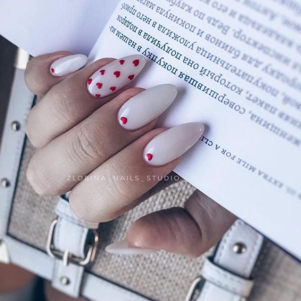 длинный белый маникюр с красными сердечками