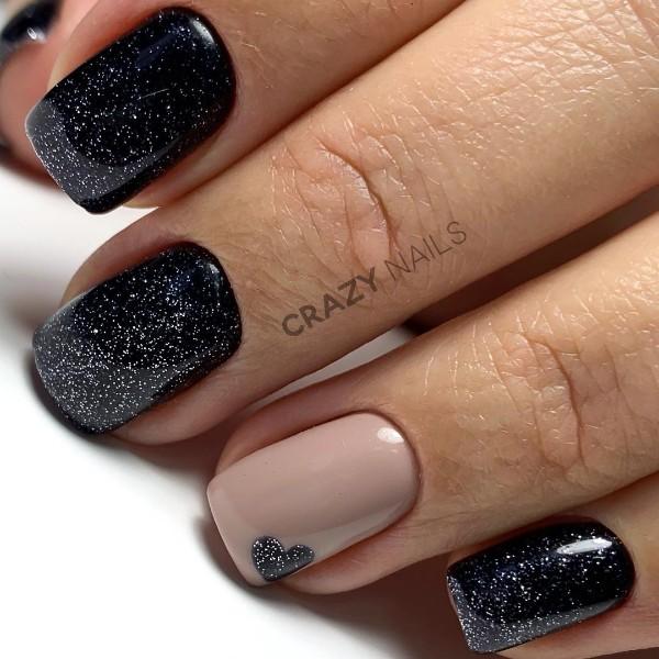 черные блестящие ногти с сердечком на безымянном пальце