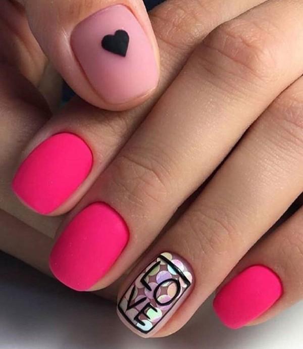 двухцветный розовый матовый маникюр с сердечком, надписью и блестками