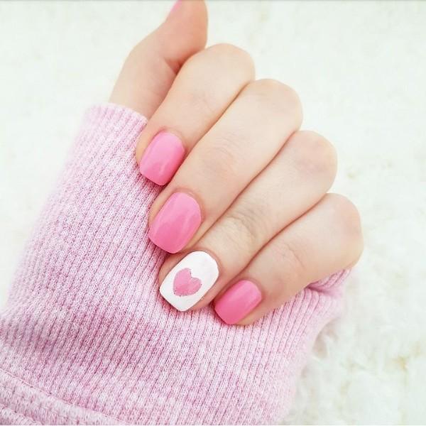 бело-розовый сердечный маникюр