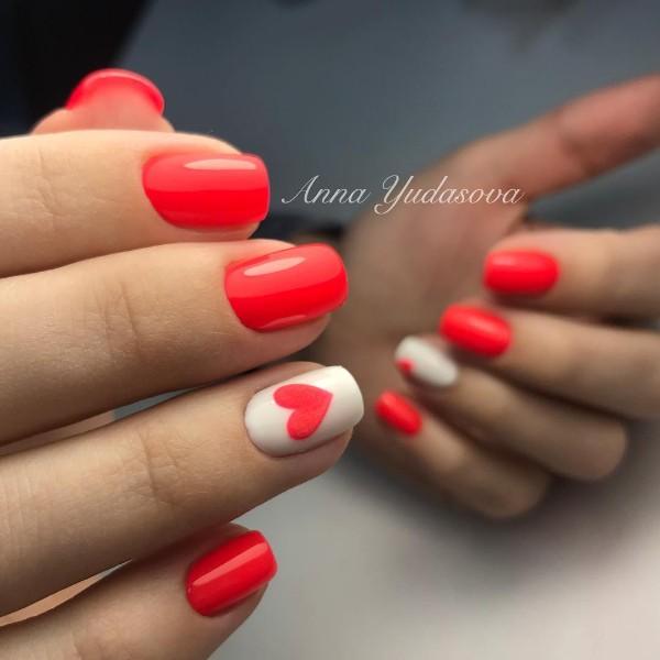 ярко-красный маникюр с сердцем на белом фоне