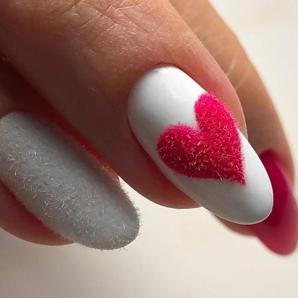 белый маникюр с розовым пушистым сердцем