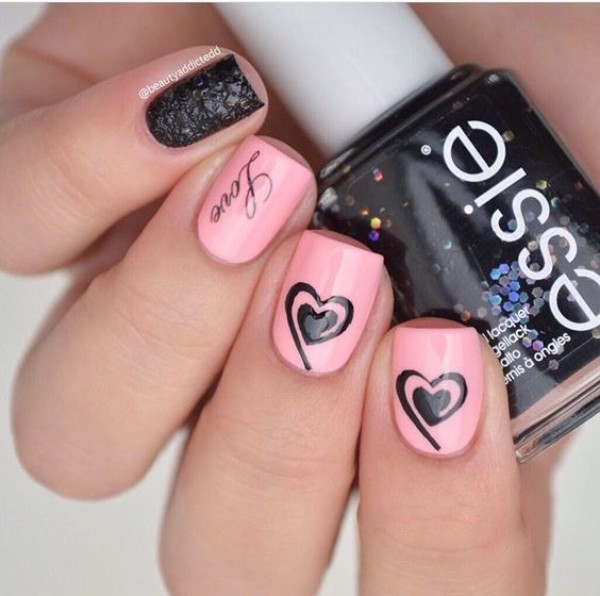 розово-черный нейл-арт с сердечками