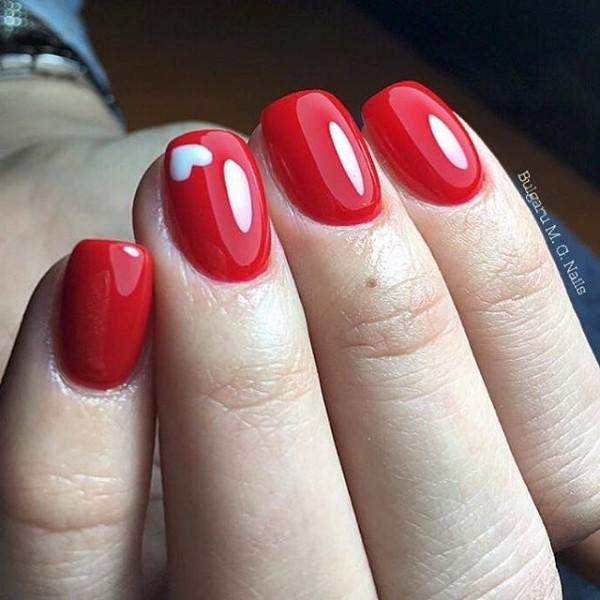 красные ногти с белым сердечком