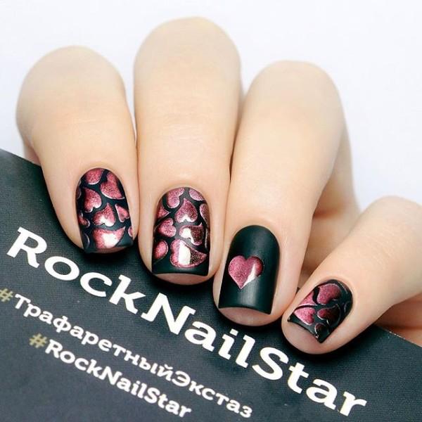 матовый черный маникюр с розовыми блестящими сердцами