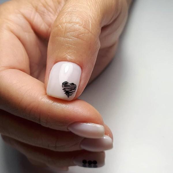 светлый дизайн ногтей с черным рисунком сердца