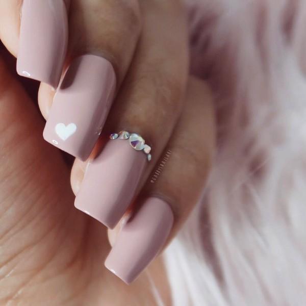 пыльно-розовый маникюр с белым сердечком