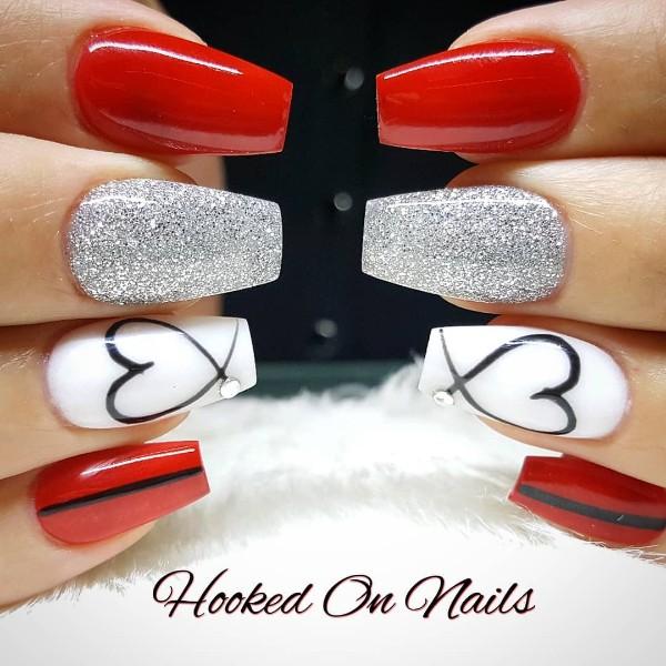 красный с белым и серебряными блестками сердечный маникюр