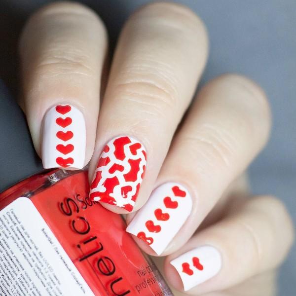 белый маникюр с красными сердцами