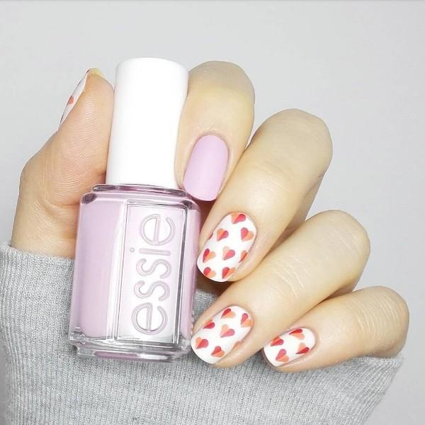 светло розовые ногти с двухцветными рисунками сердец