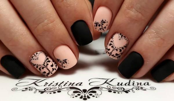 матовый бежево-черный дизайн ногтей с рисунком сердца из вензелей