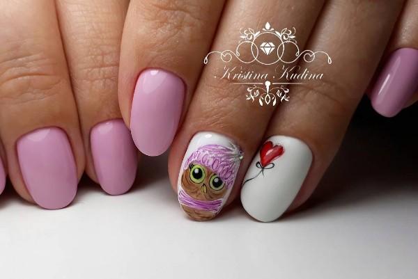 бело-розовый маникюр с дизайном сова с сердцем