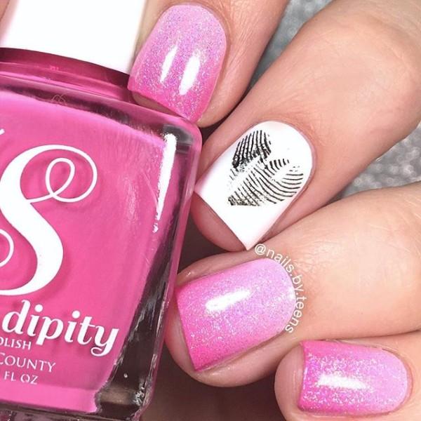 маникюр омбре в розовом цвете с сердцем отпечатком пальца