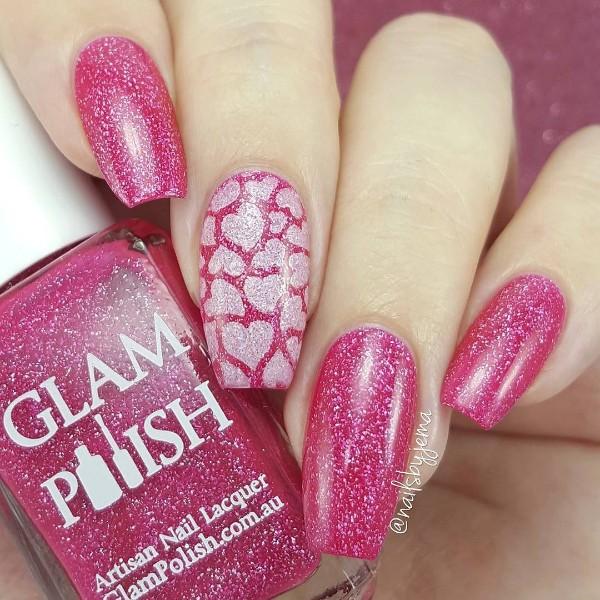 блестящий розовый лак для ногтей и дизайн сердца
