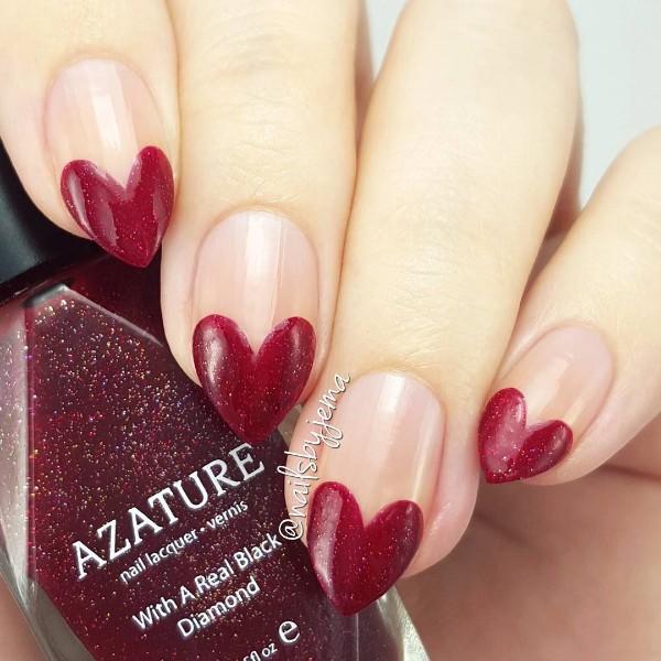 острый дизайн ногтей с темно-красными сердцами на концах ногтей