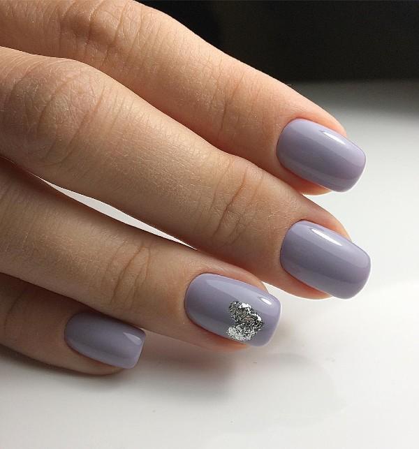 серо-фиолетовый маникюр с сердечком серебряные блестки