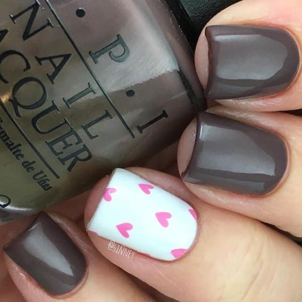маникюр коричнево-шоколадным лаком с розовыми сердечками на белом фоне