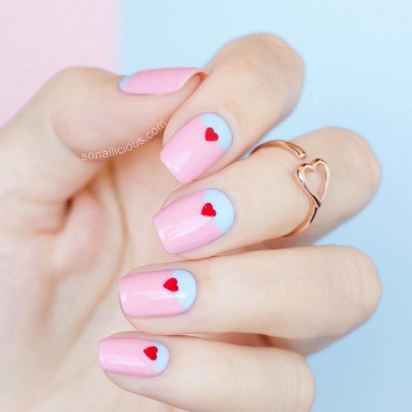 пастельный розово-голубой дизайн ногтей с красными сердцами