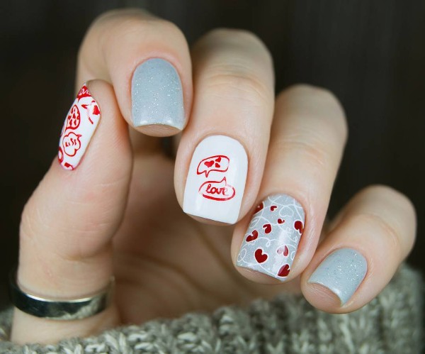 серо-красные ногти с сердцами