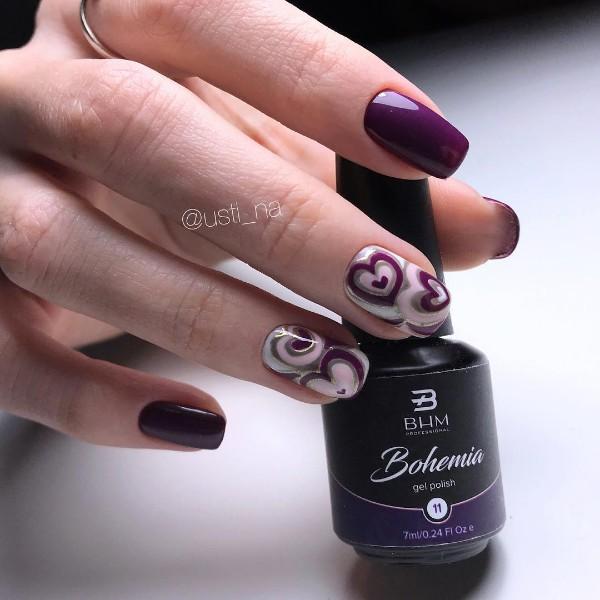темно-фиолетовый маникюр с сердцами