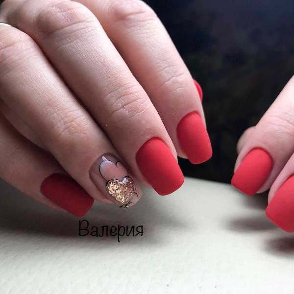 матовый дизайн ногтей с сердцами