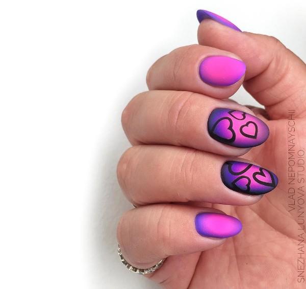 розово-фиолетовый маникюр с сердцами черным лаком