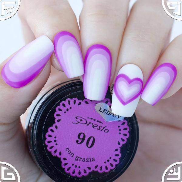 ногти с градиентом из фиолетово-белого лаков