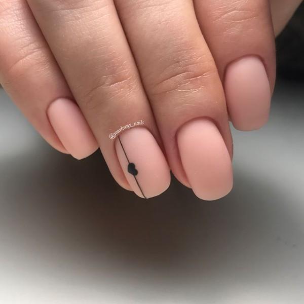 ногти розовый нюд с полоской и сердечком