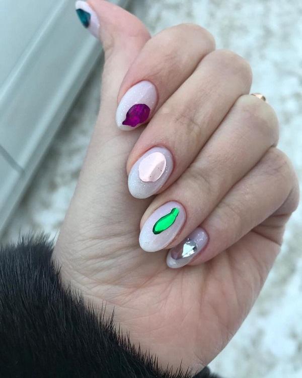 маникюр с разноцветными жидкими камешками